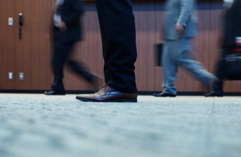 廊下を歩く人々の足