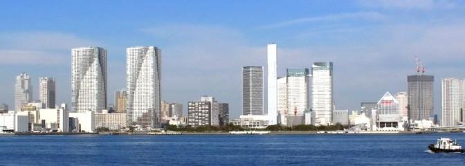 海から見た湾岸のビル群
