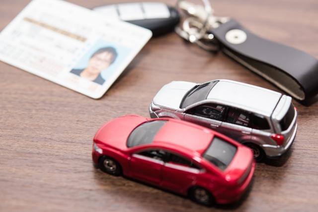 車のキー、免許証とミニカー