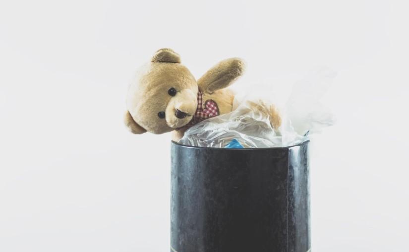 ゴミ箱に捨てられた熊のぬいぐるみ