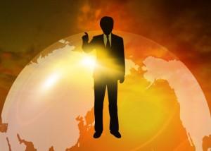 地球を背景に指を上げてなにごとか指摘する男性