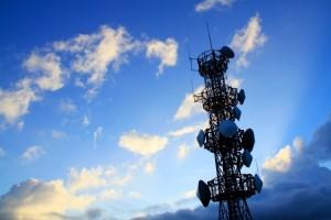 青空にそびえる通信アンテナの鉄塔
