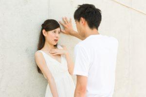女性と壁ドンする男性